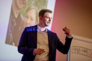 Mathis Uchtmann auf der Bühne bei einem Zeitmanagement Vortrag