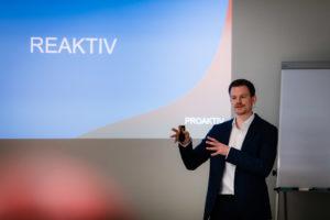 Mathis Uchtmann gibt ein Seminar zu Zeitmanagement